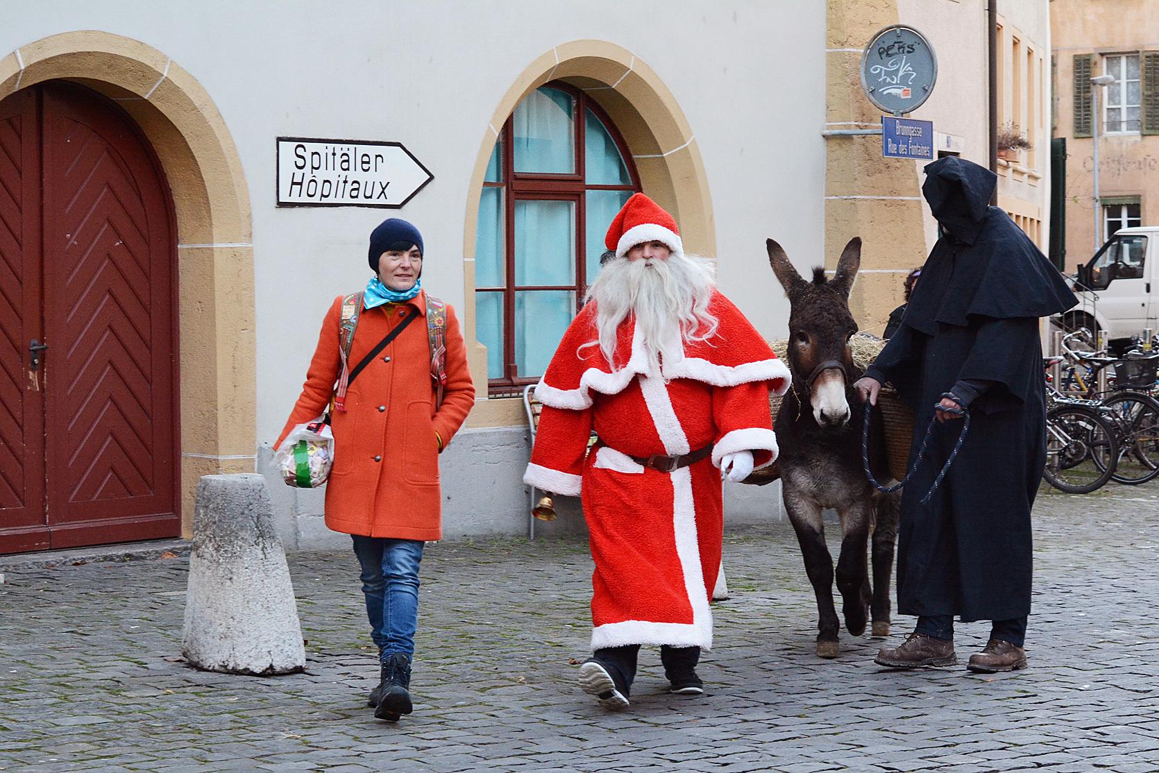 Altstadtleist-Präsidentin Vanessa zeigt den Weg, damit sich das Santichlaus und seine Freunde nicht verlaufen.