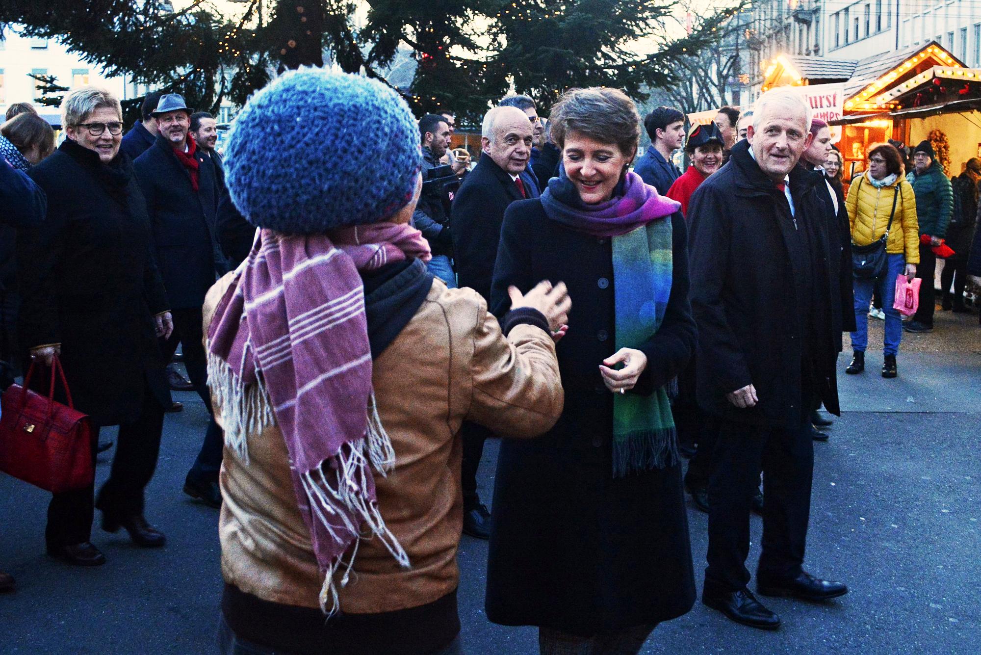 Beim Weihnachtsmarkt erhält Simonetta Sommaruga ein Weihnachstgeschenk