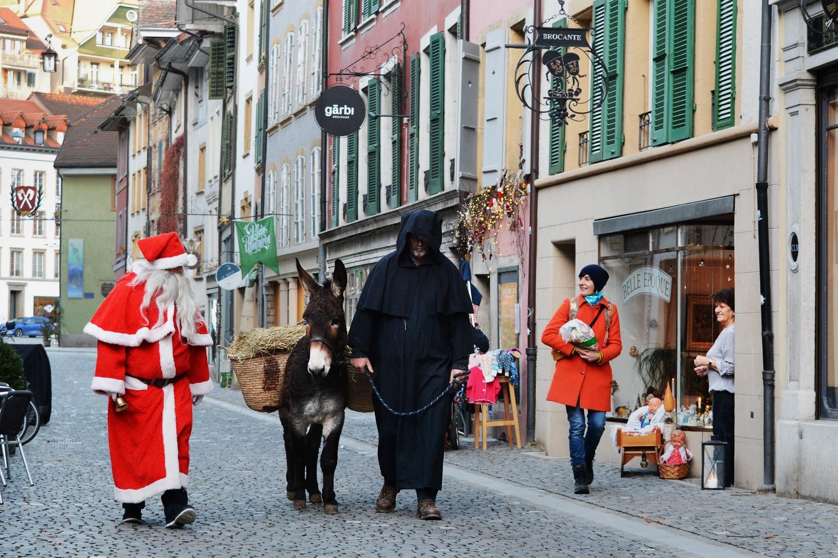 Töne vom Glockengeläut und Eselsgesang dringen bis in die Geschäfte, worauf die Leute gwunderig nach draussen kommen.