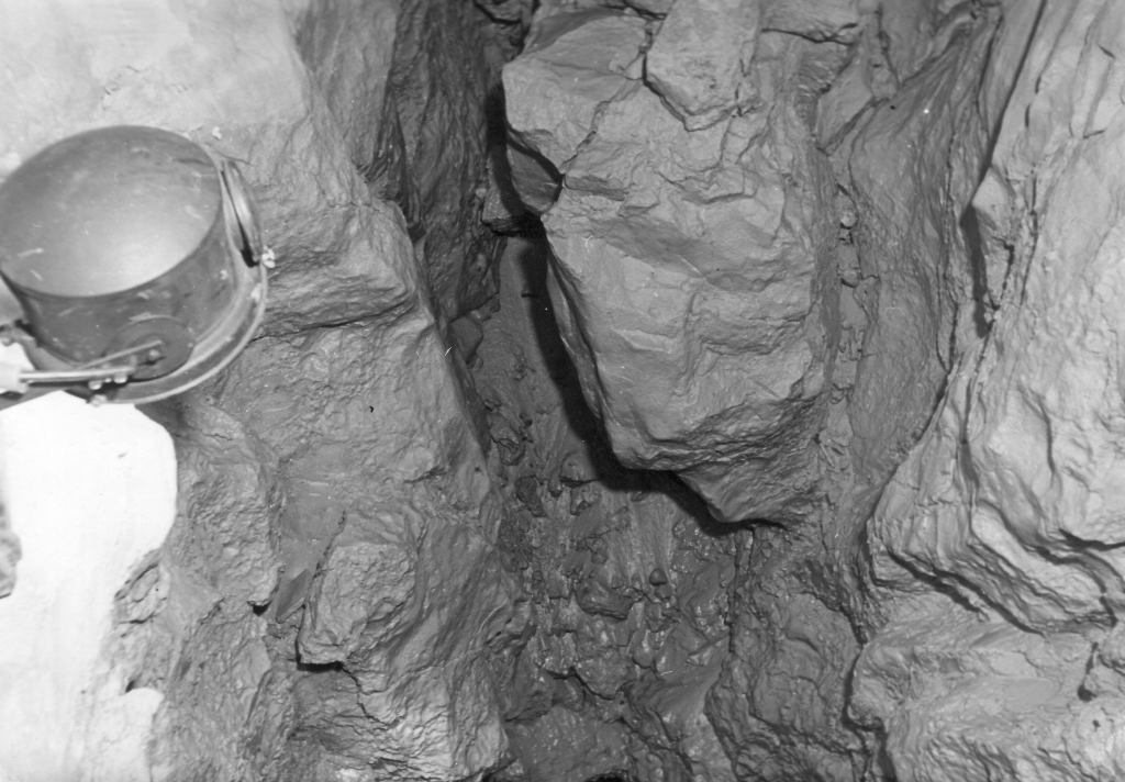 Grottenschlund mit Scheinwerfer
