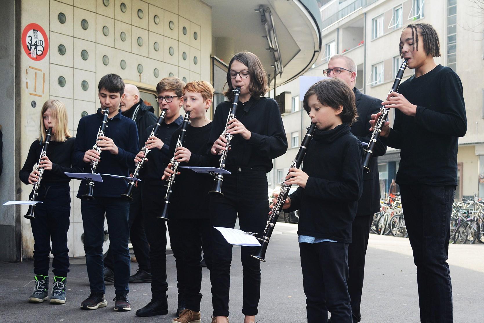 Das Klarinettensemble der Musikschule Biel spielt vor dem Volkshaus.