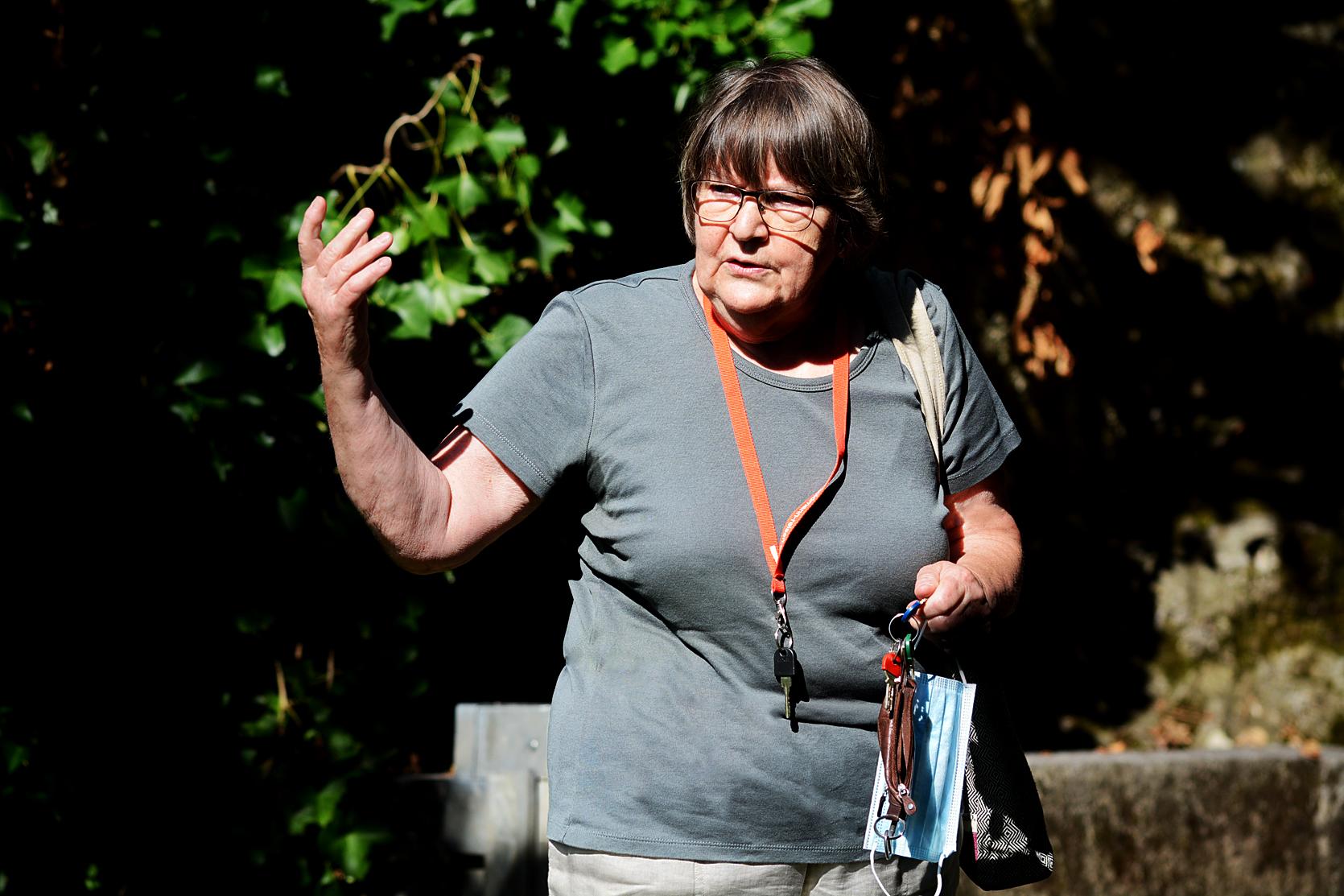 Historikerin Margrit Wick-Werder gegenüber vom Eingang der Quellgrotte.