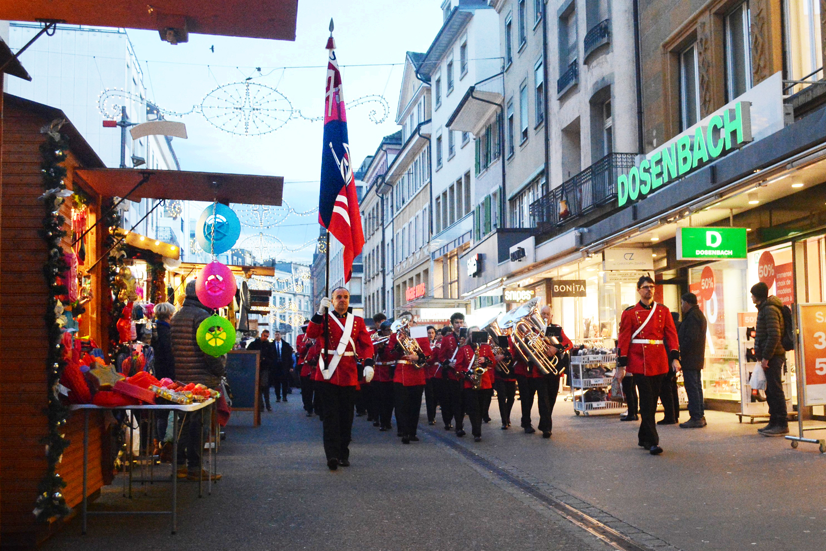 Die Stadtmusik Biel führt die geladenen Gäste an