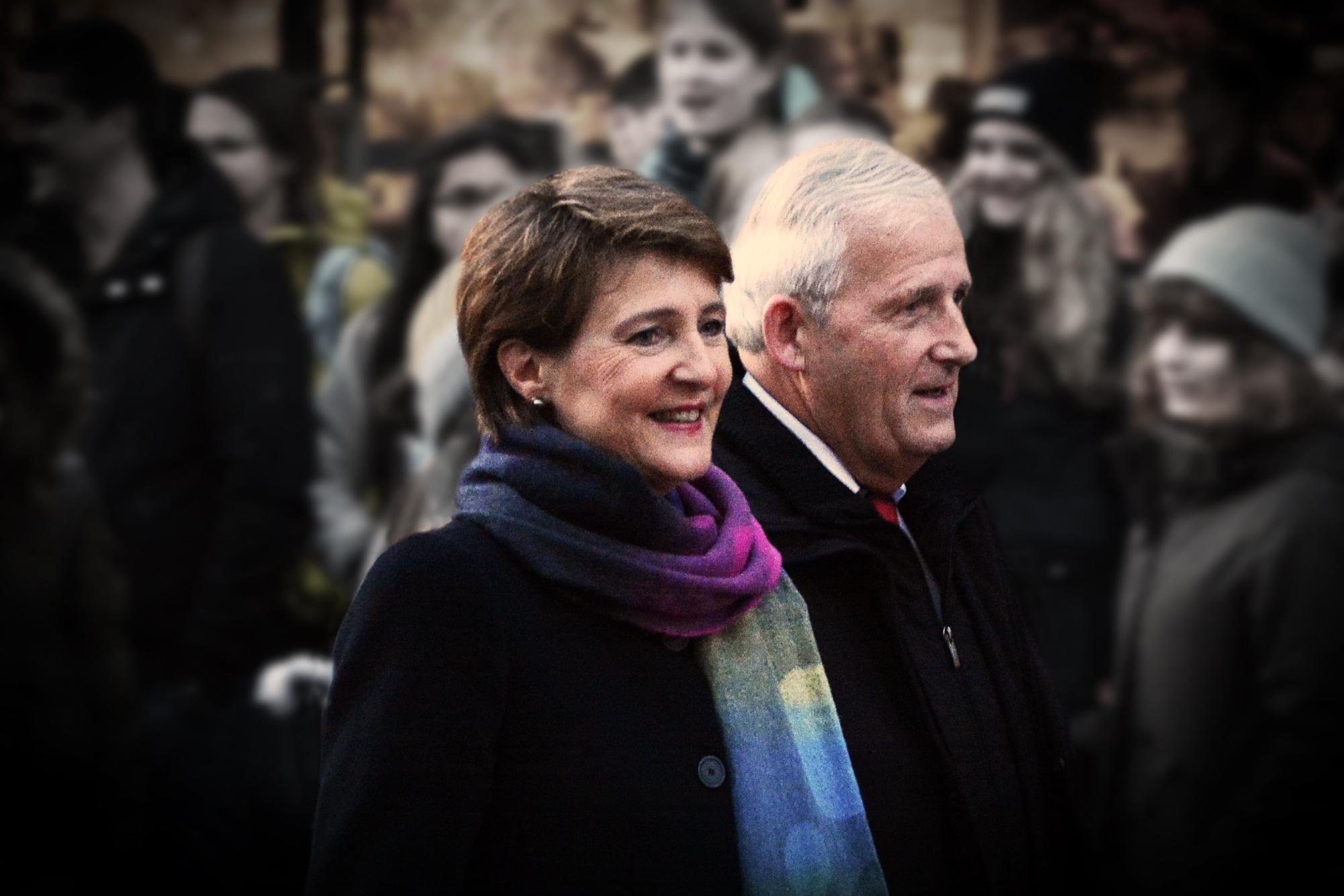 Simonetta Sommaruga und Hans Stöckli auf dem Weg in die Altstadt