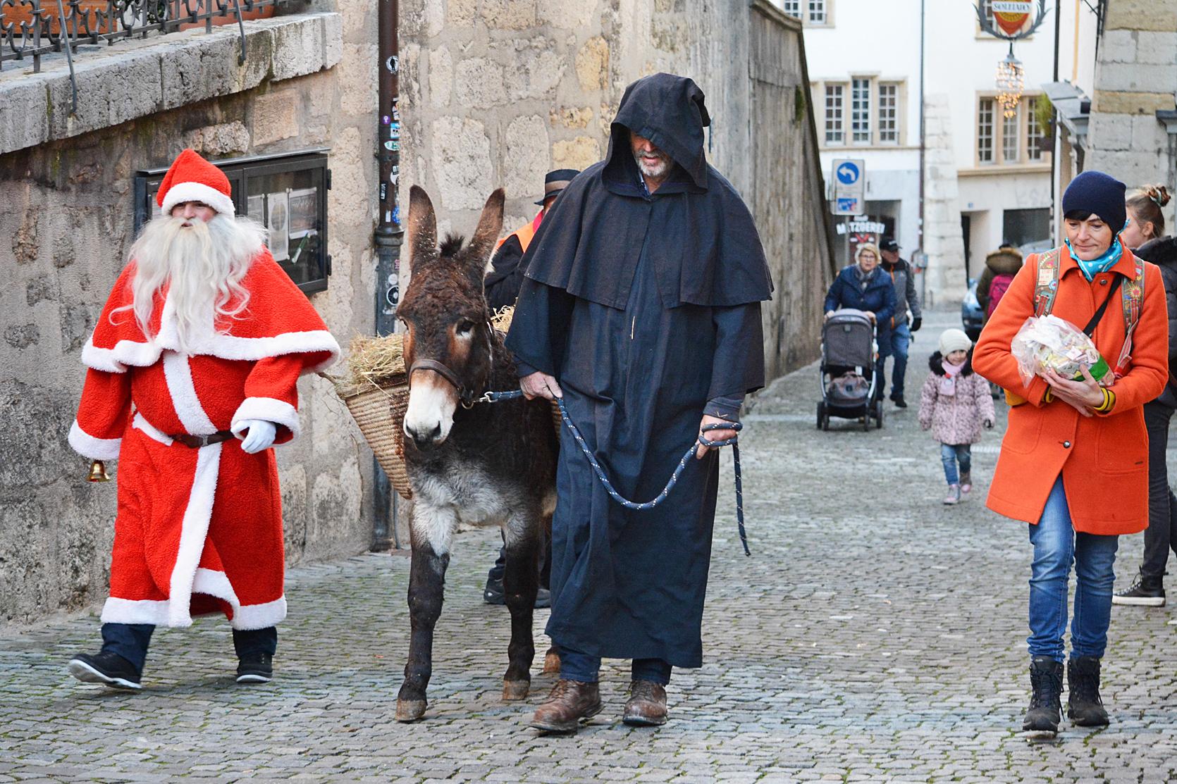 Samichlaus, Schmutzli und Esel spazieren das Kirchgässli hinaus und werden von den Passanten begleitet