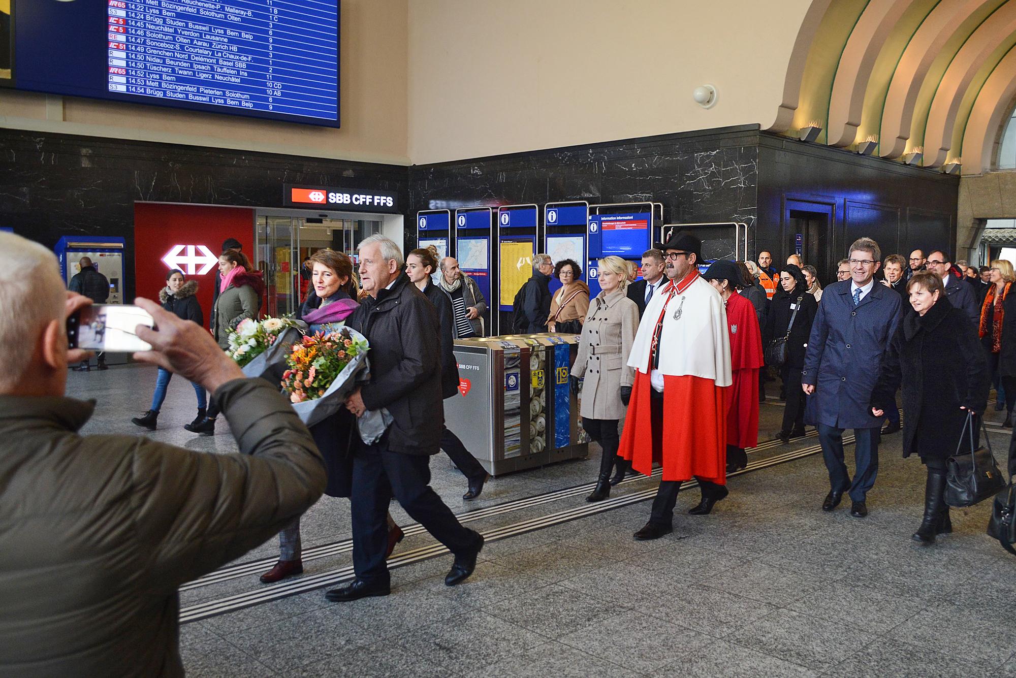 Ein Extrazug aus Bern hat die Gäste nach Biel gebracht