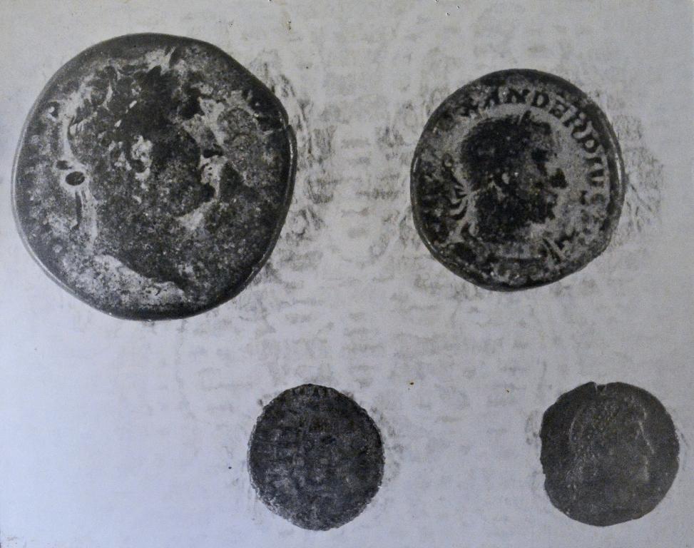 Durant l'été 1846, à l'occasion d'un nettoyage de la source, quelques ouvriers trouvèrent des centaines de pièces de monnaie romaines.