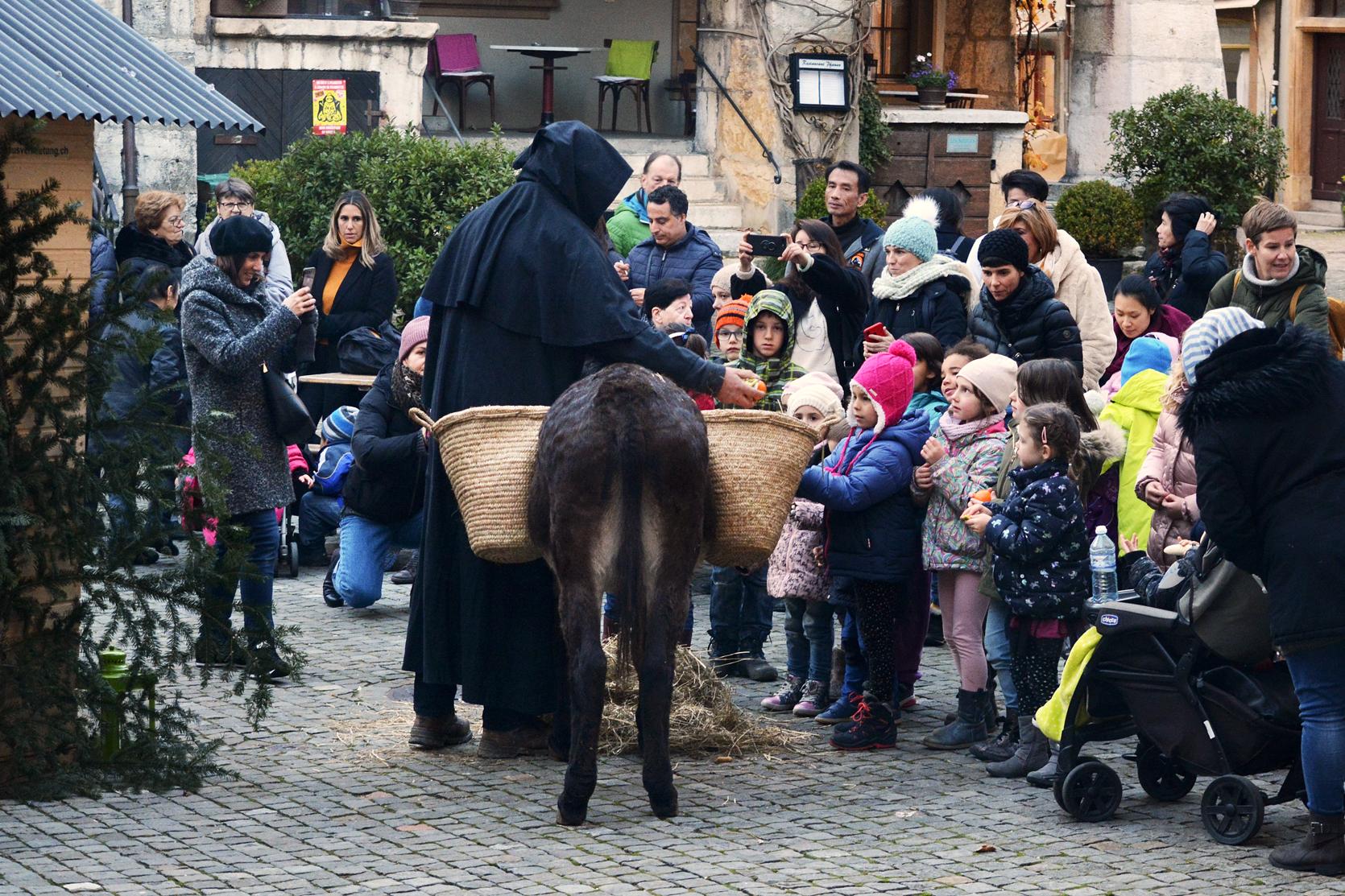 Schmutzli ist voll beschäftigt, weiss doch jedes Kind, der Esel trägt auf seinem Rücken manche Überraschung.