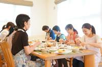 小金井料理教室でのなごやかな会食風景