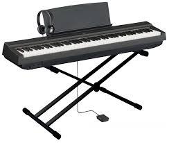 ein digital Piano mit einem Ständer & Haltepedal