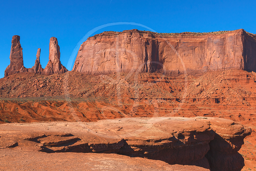Three Sisters y Mitchell Mesa desde John Ford's Point.