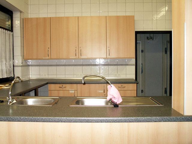 - Die vollausgestattete Küche / im Hintergrund die Tür zum Kühlhaus -