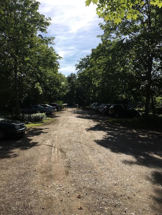 Der Parkplatz entlang des Vereinshauses kann mitbenutzt werden -