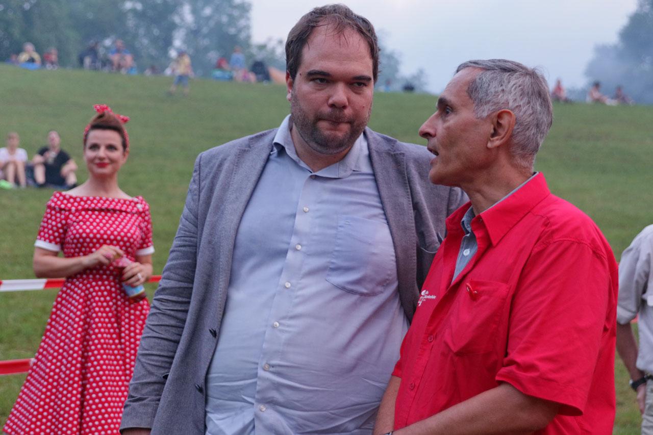 Fausi Marti vom OK im Gespräch mit Grossrat Tim Cuénod, im Hintergrund Evelyne Péquignot