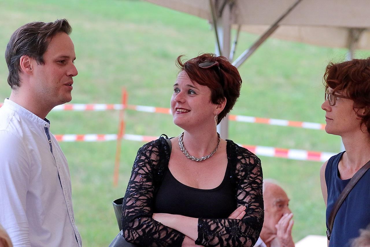 Die Grossrätinnen Sarah Wyss (Mitte) und Lisa Mathis im Gespräch mit Adrian Plachesi ...