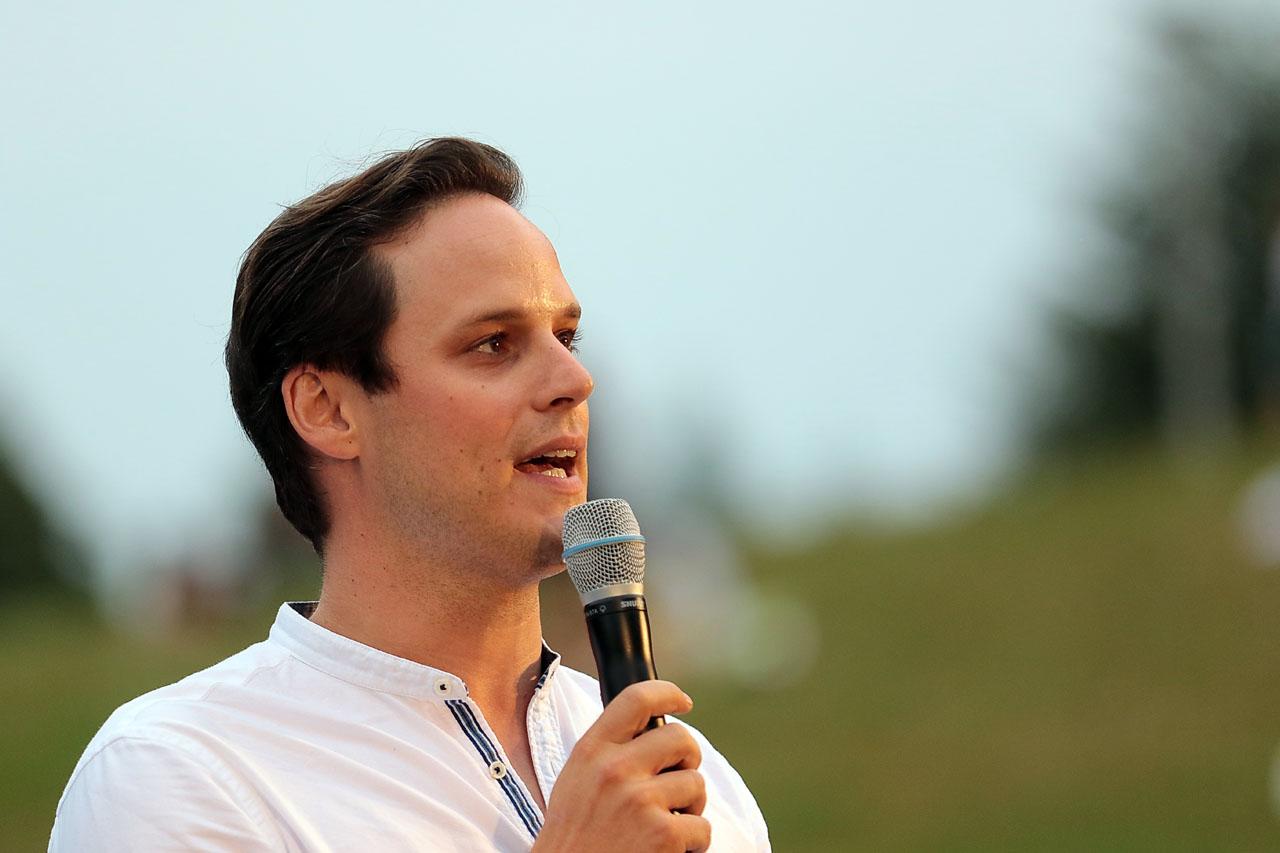 Durch das Programm führt Adrian Plachesi, vielen bekannt durch Telebasel.