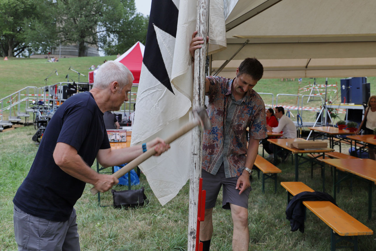 Vor dem Publikums-Aufmarsch sichern Daniel Durrer und Thomas Waldmeier vom OK den Fahnenmast vor dem starken Wind.