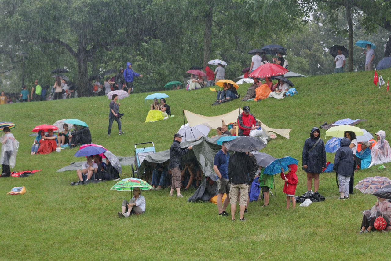 Trotz der Regenschauer wächst die Zahl der Festbesucher und -besucherinnen