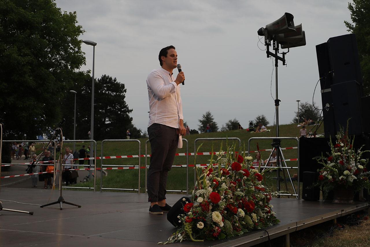 Der Moderator kündigt die SwissUrbanLändlerPassion an.