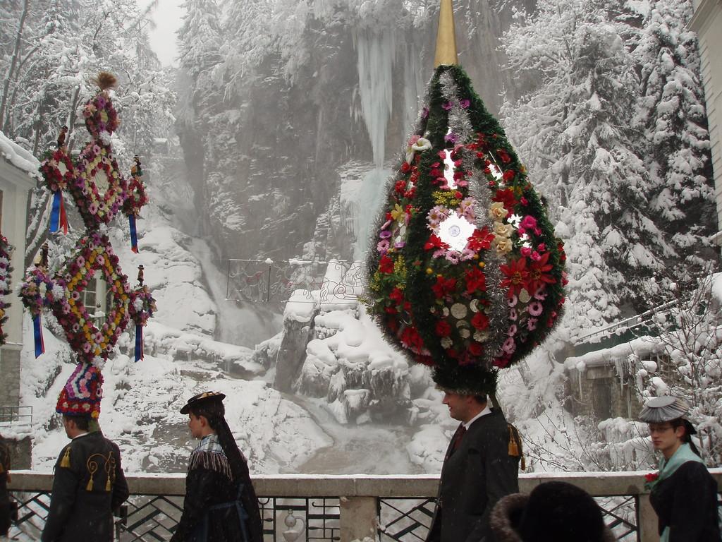 Kappenträger vorm Gasteiner Wasserfall