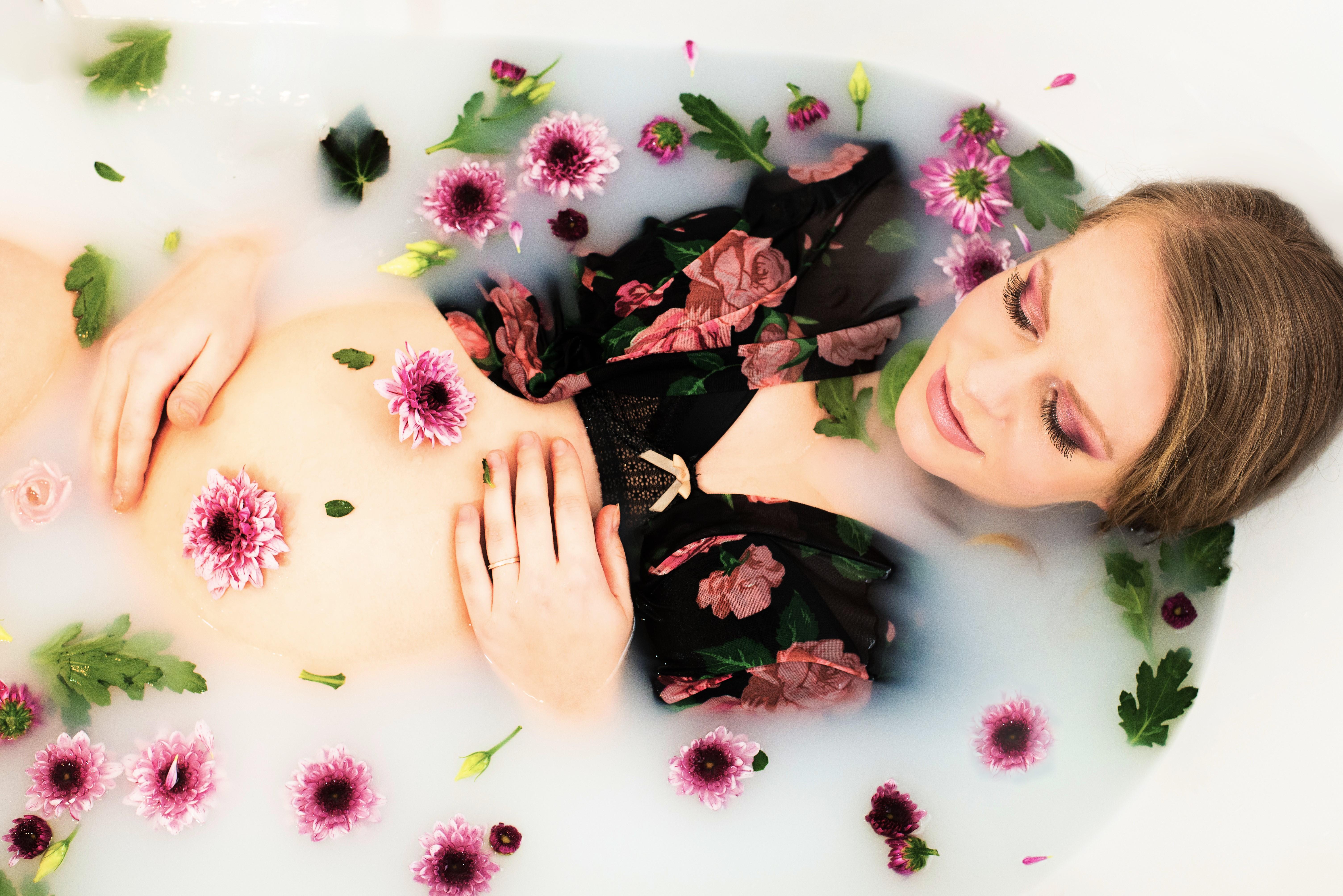 zwangere vrouw en bloemen
