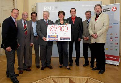 Sporthilfe FR Kooperation mit BM.I 2008: Scheckübergabe mit Innenministerin Prokop (†)