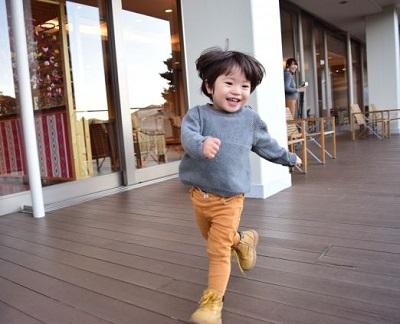 ご機嫌で走る子供