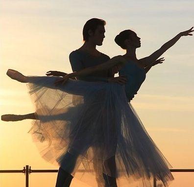 ペアで踊るバレリーナ