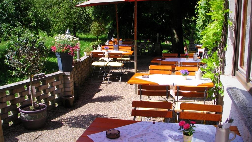 Unsere sonnige Terrasse mit zwei alten Lindenbäume im Landgasthof Bieger Ebermannstadt.