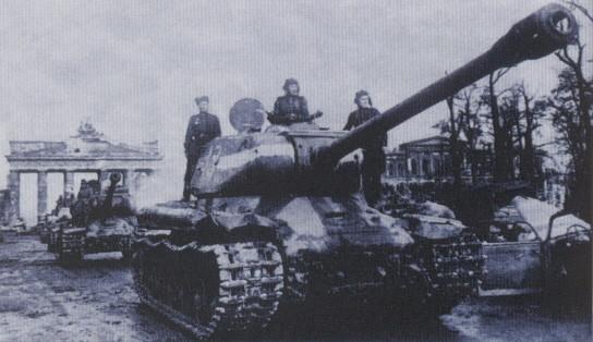 IS-2 victorieux trônant devant la porte de Brandebourg à Berlin en mai 1945