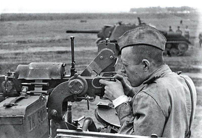 La fin de la bataille de Koursk a vu le montage de mitrailleuse DshK sur le toit des SU-152