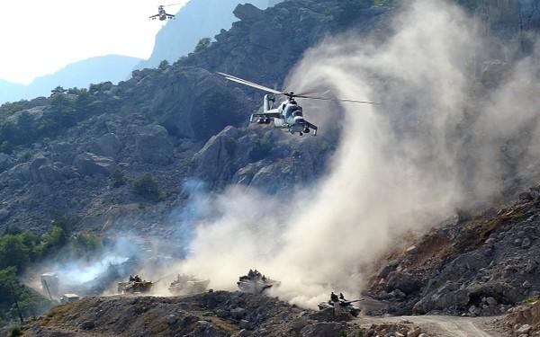 Ces BMP-1 suivent sans mal les chars soviétiques dans les montagnes afghanes