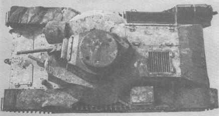 Clairement visible ici la tourelle décentrée sur la gauche de la caisse et le débattement latéral du canon par rapport à la tourelle