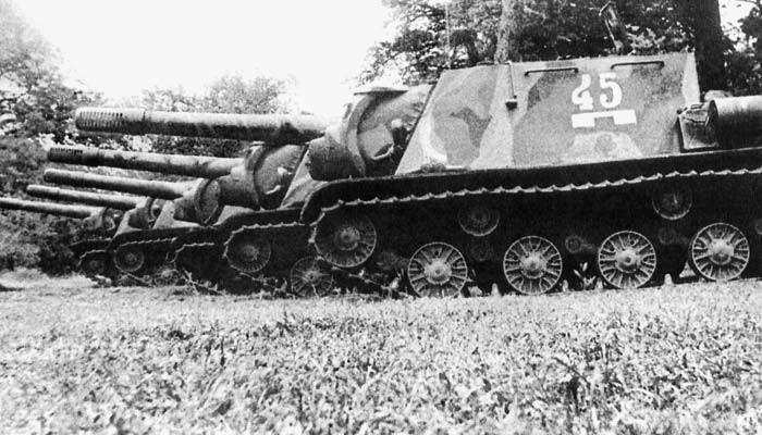 Un peloton de SU-152 stationne en lisière de forêt en attente de l'offensive allemande