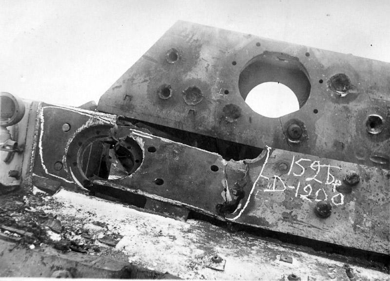 Ferdinand capturé et utilisé en test balistique. La répétition des coups à fait plier le panzer. Le canon a surement été démonté pour analyse