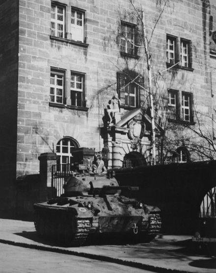 Durant tout le procès des dirigeants nazis, 2 Chaffee garderont l'entrée du tribunal de Nuremberg
