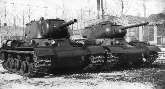 KV-85 à gauche et IS-85 à droite après la validation de leurs essais