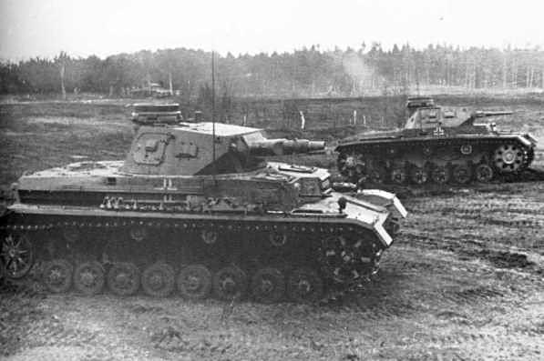 Les Panzer III et IV sont largement battus en combat singulier face aux lourds B1, ennemi de référence du Reich. Leur doctrine d'emploi leur permet cependant de prendre l'avantage, bien aidés par les raids de Stukas