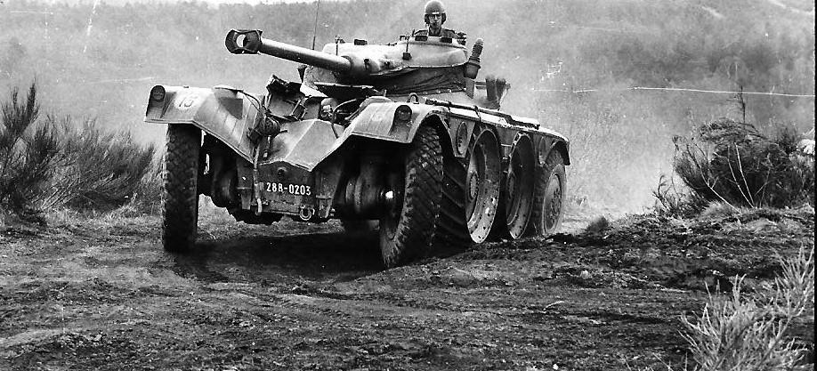 Tests tout-terrain pour cet EBR du 8e Hussards