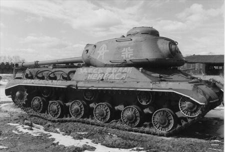 IS-2 capturé par l'armée allemande. On imagine sans mal le courage nécessaire pour attaquer dans de telles conditions