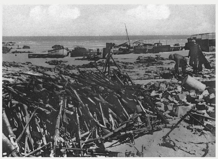 ...Tout son matériel et notamment ses chars sont abandonnés sur la plage.
