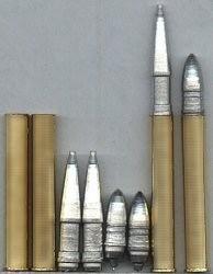 Projectile perforant BR-471 à droite et obus explosif OF-471, de forme très allongé à gauche