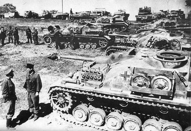 Fabriqués jusqu'à la fin du conflit, ces StuG IV sont capturés par les Britanniques