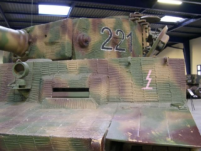 """Le char Tigre exposé au Musée des blindés de Saumur aborde l'application type """"crête"""", la plus répandue"""