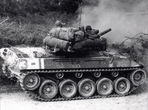 Ce M18 ouvre le feu à courte portée en direction de la lisière de la forêt. Le canon est uniquement assez puissant pour détruire un panzer à faible distance