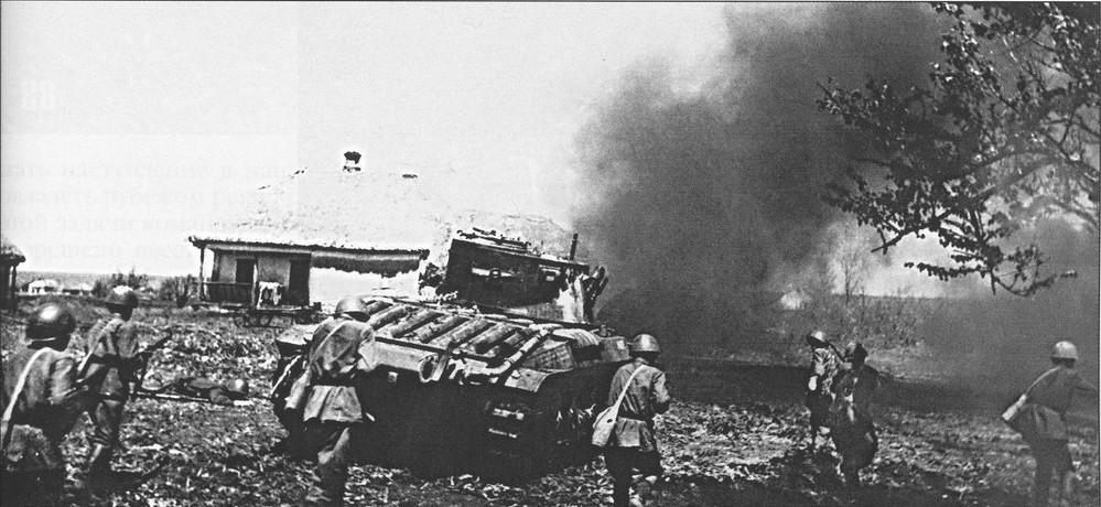 Ce Matilda estampillé de l'étoile Rouge donne l'assaut en accompagnement de l'infanterie soviétique