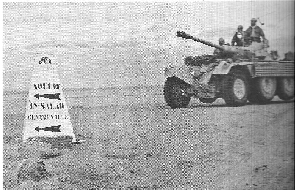 Cet EBR, dont les roues agricoles ont été remplacées par des roues avec pneumatique, traverse le désert pour former son équipage