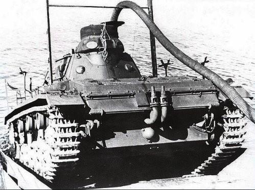 Les deux clapets anti-retour sont clairement visibles sur les échappements de ce Panzer III ainsi que le long tuyau d'arrivée d'air relié à une bouée