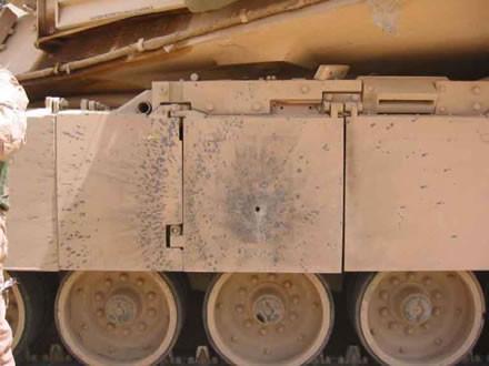 Impact d'une roquette RPG-7 à charge creuse sur les juppes latérales d'un char Abrams M1 américain