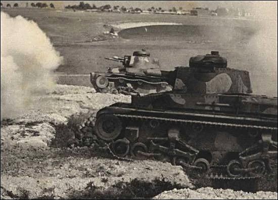 Le petit canon de 37mm s'avère suffisament performant au début de la guerre, mais sera bien vite dépassé